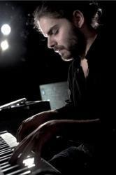 Etudie le piano dès l&#39;àge de 10 ans puis intègre la classe de jazz de Mario <b>...</b> - Romain_Nassini